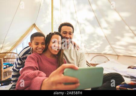 Glücklich, liebevolle Familie selfie im Camping Jurte - Stockfoto