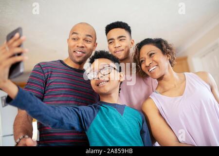Lächelnde Familie nehmen selfie - Stockfoto