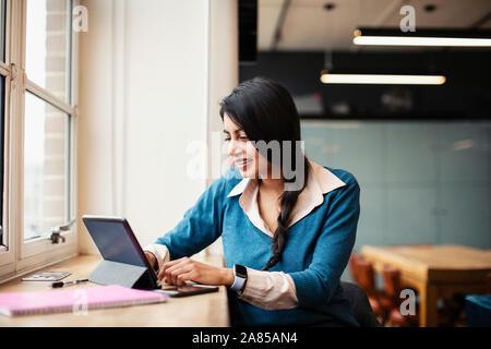 Geschäftsfrau arbeiten bei digitalen Tablette im Büro - Stockfoto