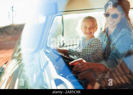 Glückliche Mutter und Tochter fahren van - Stockfoto