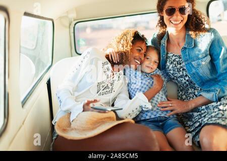 Gerne Frauen und Mädchen Reiten in Van - Stockfoto