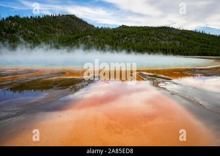 Grand Prismatic Spring mit orange Run-off-tv und heißen Dampf - Stockfoto