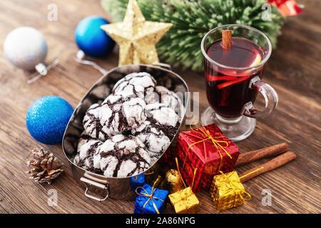 Perparing traditionelle Plätzchen und Glühwein oder Glühwein für das neue Jahr feiern. - Stockfoto