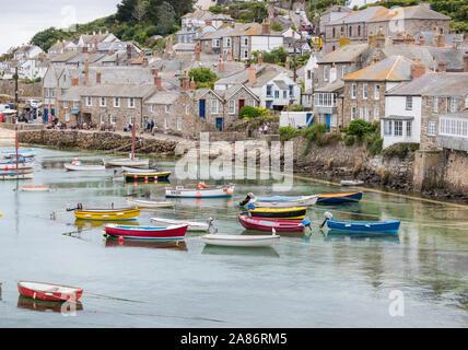 Boote in der beiliegenden Sicherheit des Hafens von Mousehole in der Nähe von Penzance an der Südküste von Cornwall - Stockfoto