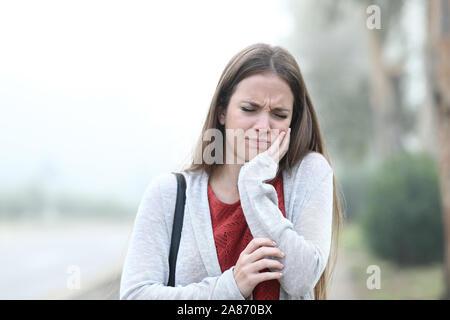 Vorderansicht Portrait einer Frau mit Zahn ache einem nebligen Tag - Stockfoto