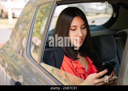 Freiberufliche Mädchen Textnachrichten auf Ihr Mobiltelefon - Stockfoto
