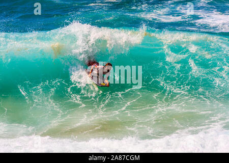 Sydney, Australien - 16. März 2013: Der Mann, der das Surfen auf den Wellen. Der Sport ist sehr populär.