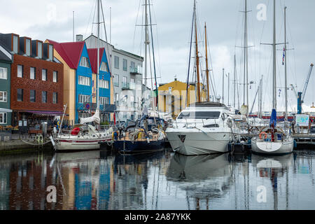 Tórshavn, FÄRÖER INSELN - Juli 05, 2019: Altstadt der Hauptstadt Torshavn. Typische Häuser mit Torf Dach (gras dach). Färöer Inseln. Dänemark. - Stockfoto