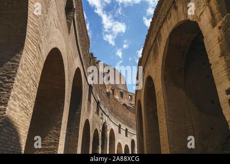 Details der inneren Wand von Rom Kolosseum an einem sonnigen Tag - Stockfoto