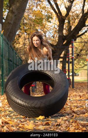Junge sport Frau Gewichtheben auf dem Herbst Sportplatz - Stockfoto