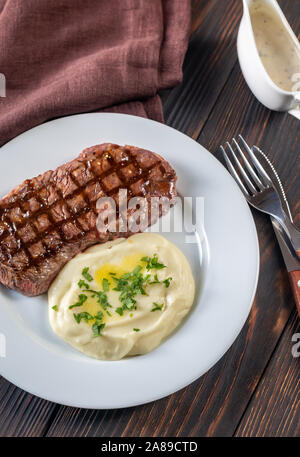 Strip Steak mit Sellerie pürieren: Ansicht von oben - Stockfoto