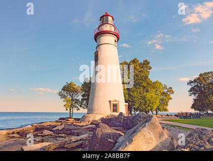 Dramatische Herbst scenic Marblehead Halbinsel und Leuchtturm auf felsigen Ufer des Lake Erie, amerikanischen Großen Seen Marblehead Lighthouse State Park, Ohio - Stockfoto