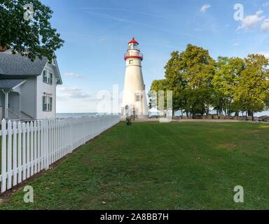Tagesansicht Marblehead Leuchtturm und das Licht der Hausverwalter Haus, Marblehead Lighthouse State Park am Erie See Marblehead Ohio September 2018. - Stockfoto