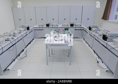 Elektrotechnik Klassenzimmer, Messgeräte im Labor, elektrische Labor- und Prüfgeräte. - Stockfoto