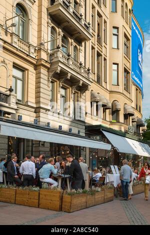 Stockholm Cafe, Aussicht im Sommer der Schwedischen Menschen entspannend an Tischen außerhalb des Sturehof Cafe Restaurant in Stureplan, Östermalm, Stockholm. - Stockfoto