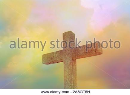 Helle radius und steinernes Kreuz am dunklen Himmel für Hintergrund - Stockfoto