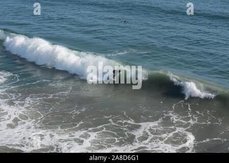 Surfer am Huntington Beach in Kalifornien fangen eine Welle - Stockfoto