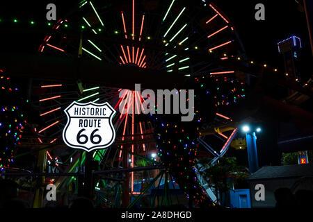 Neonlicht auf den Vergnügungen Park und das Ende der Route 66. Santa Monica Pier, Los Angeles County, Kalifornien, Vereinigte Staaten von Amerika - Stockfoto