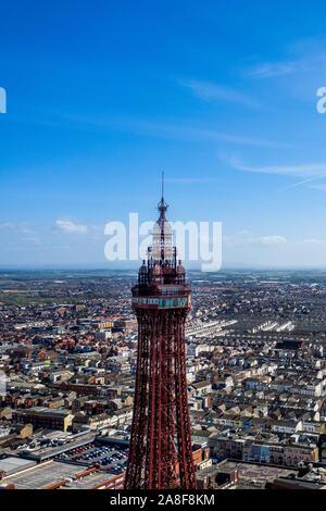 Luftaufnahmen der Blackpool Tower bei einer der größten Badeorte des UK, Stunnig Landschaften im Meer und Blackpool Stadt selbst - Stockfoto