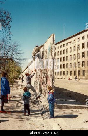 Michael Scott/Alamy Live Nachrichten - Berlin, Deutschland April 1990 - Einheimische zeigen, wie die Menschen die Berliner Mauer im April 1990, nur wenige Monate nach dem Fall der Berliner Mauer klettern im Jahr 1989 fiel. - Stockfoto