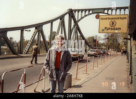 Michael Scott/Alamy Live Nachrichten - Berlin, Deutschland April 1990 - Urlaub Bild auf der Glienicker Brücke an der DDR-Grenze von Potsdam getroffen fotografiert im April 1990 nur wenige Monate nach dem Fall der Berliner Mauer 1989 fiel. - Stockfoto