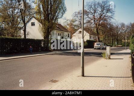 Michael Scott/Alamy Live Nachrichten - Berlin, Deutschland April 1990 - die britische Armee Wohngebiet unter dem Olympiastadion in Berlin im April 1990 Monate nach dem Fall der Berliner Mauer 1989 fiel. - Stockfoto