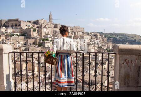 Junge elegante Frau Tourist in der historischen Stadt Matera in Italien sucht im Stadtbild - Stockfoto