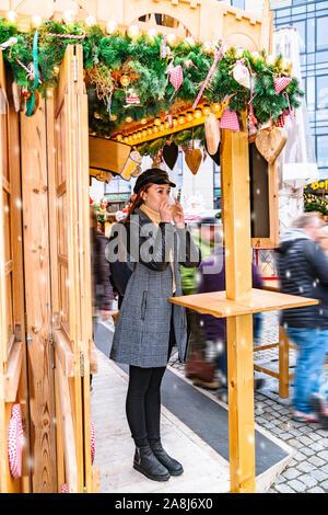 Frau mit Glühwein und auf weihnachtsmarkt - Stockfoto