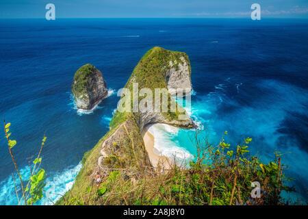 Kelingking, Nusa Penida, Indonesien. Türkisblaues Meer. Riesige Felsen, Paradise Beach und der Schaum auf dem hellen Sand. - Stockfoto