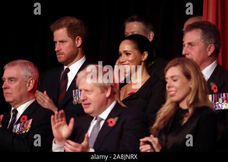 (Von links nach rechts) Der Herzog von York, der Herzog von Sussex, Premierminister Boris Johnson, die Herzogin von Sussex und Carrie Symonds Die jährliche Royal British Legion Festival der Erinnerung in der Royal Albert Hall in Kensington, London teilnehmen.