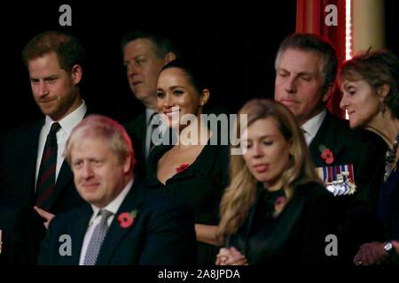 (Von links nach rechts) Der Herzog von Sussex, Premierminister Boris Johnson, die Herzogin von Sussex und Carrie Symonds Die jährliche Royal British Legion Festival der Erinnerung in der Royal Albert Hall in Kensington, London teilnehmen.