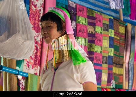 Einen langen Hals Frau oder Paduang, Teil der Karen im Norden von Thailand im traditionellen Bergdorf. - Stockfoto