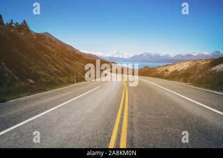 Straße zum Mount Cook, dem höchsten Berg in Neuseeland. Ein Scenic Highway fahren Sie entlang des Lake Pukaki in Aoraki Mount Cook Nationalpark, Südinsel - Stockfoto
