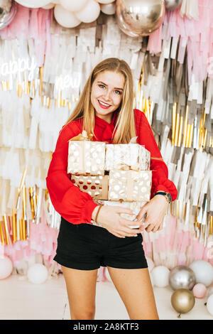 Schöne kaukasische Frau lächelt als Sie erhält einen Weihnachten presen - Stockfoto