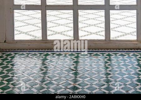 Geometrische dekorative Stock im Innenhof des Palais Bahia in Marrakesch. Marokko - Stockfoto