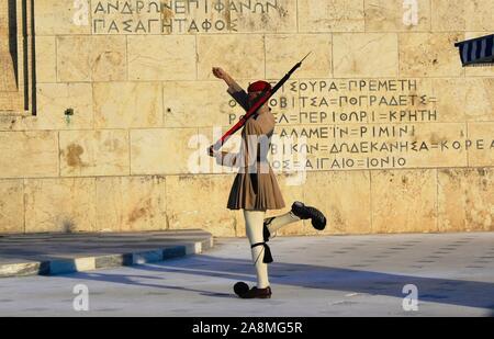 Athen, Griechenland, 02. Oktober 2019 - Änderung der Präsidentschaftswahlen wachen Zeremonie vor dem Grab des unbekannten Soldaten in das griechische Parlament. - Stockfoto