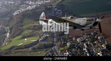Ein zweiter Weltkrieg Spitfire, fliegt über die Schlacht von Großbritannien Memorial in Folkestone, Kent, in einer Hommage an die gefallenen am Tag der Erinnerung. - Stockfoto