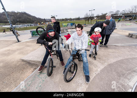 Eine Gruppe von BMX-Fahrer chat am Plaza Skate Park während auf ihrem BMX sitzt, mit einem Rest - Stockfoto