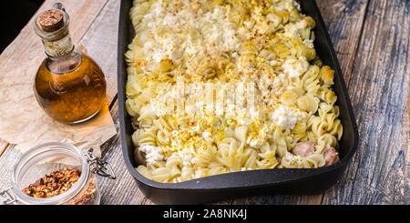 Essen-Fahne. Köstliche hausgemachte Speisen. Auflauf mit Fusilli, Ricotta, Türkei Hackfleisch Kugeln mit Champignons, Karotten, Gewürze und h - Stockfoto
