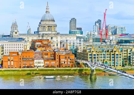 Blick auf die Skyline von London mit der Themse an einem bewölkten Tag. - Stockfoto