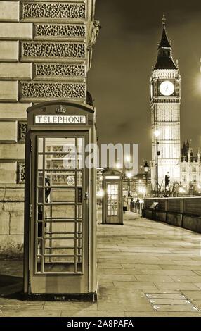 Blick auf die Telefonbox und Die Parlamentsgebäude in London in der Nacht. - Stockfoto