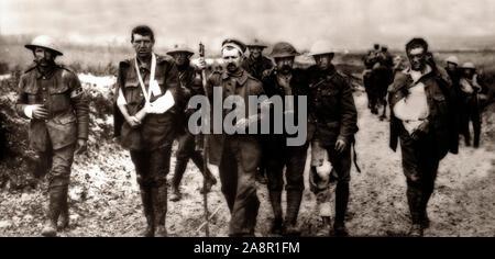 Verwundeten britischen und deutschen Truppen sorgen für ein Feldlazarett des Krieges während der Schlacht für Bezentin Ridge während der Somme Offensive, durch die Armeen des Britischen Empire und der Französischen Dritten Republik gegen das Deutsche Reich gekämpft. Es fand zwischen dem 1. Juli und 18. November 1916 auf beiden Seiten der Oberlauf des Flusses Somme in Frankreich. In der Schlacht, die größte Schlacht des Krieges Western Front, mehr als drei Millionen Männer kämpften und eine Million Menschen wurden verletzt oder getötet werden, wodurch es zu einem der blutigsten Schlachten in der Geschichte der Menschheit. - Stockfoto