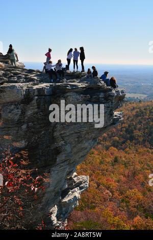 Besucher Masse gefährlich an den Rand der Blick auf die Farben des Herbstes zum Ansehen und Fotos bei Hanging Rock State Park außerhalb Danbury, NC. - Stockfoto