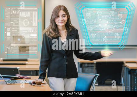 Asiatische Geschäftsfrau in lässiger Anzug der polygonale Gehirn Form einer künstlichen Intelligenz mit verschiedenen Symbol von smart City Internet der Dinge vorhanden - Stockfoto