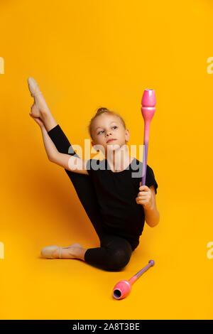 Wenig gymnast Tanzen mit Zauberstab in helles Studio - Stockfoto