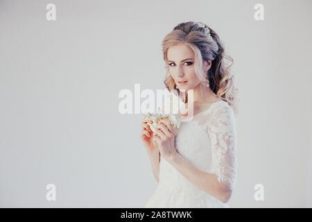 Braut im Hochzeitskleid halten eine Schokolade