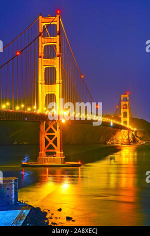 Blick auf die Golden Gate Bridge in San Francisco bei Nacht. - Stockfoto