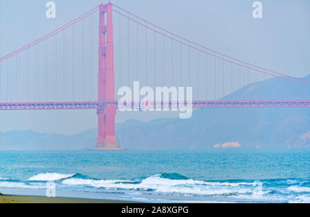 Blick auf die Golden Gate Bridge vom East Beach in San Francisco im Morgengrauen. - Stockfoto