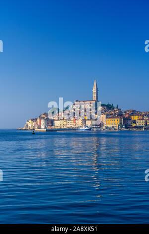 Das Dorf Skyline und der Adria in Rovinj, Kroatien, Istrien. - Stockfoto