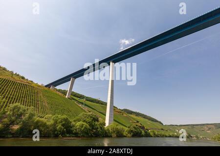 Hohe Brücke über die Mosel in der Nähe des Weinortes Zeltingen-Rachtig